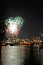 Feuerwerk auf dem 819. Hamburger Hafengeburtstag über dem Niederhafen